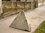 Ostatak protutenkovskih prepreka iz Domovinskog rata na Selskoj cesti (u posljednje vrijeme odstranjeno) [GP 2004.]