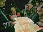 """Sudionici """"Predbožićne trešnjevačke dijagonale"""" gledajući stari plan grada iz 1961. godine pri ulazu u Prečko [BT 2013.]"""