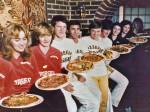"""Osoblje pizzerije """"Purger"""" 80-ih godina (KS)"""