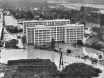 """Poplava 1964. - Cvjetno naselje; u pozadini desno """"Kockica"""" u gradnji"""