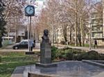 Javni sat i spomenik Stjepanu Radiću na ulazu u istoimeni Studentski dom [GP 2014.]