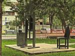 """Skulptura """"ateljea"""" slikara Josipa Račića u dvorištu istoimene osnovne škole [GP 2014.]"""