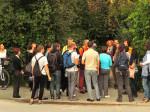 """Sudionici šetnje po Knežiji pred terenom razrušene """"Vile Kiseljak"""" [GP 2014.]"""