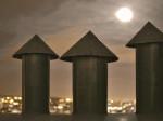 Odušnici (kuhinjskih napa?) na terasi stambenog nebodera na Ciglenici [BT 2014.]