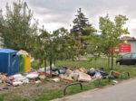 Gomilanje otpada uz reciklažne kontejnere uz raskršće Anine i Lazinske ulice [VR 2016.]