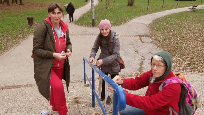 Aktivisti projekta postavljaju ukrase na ogradi kod Parka Stara Trešnjevka [VR 2018.]