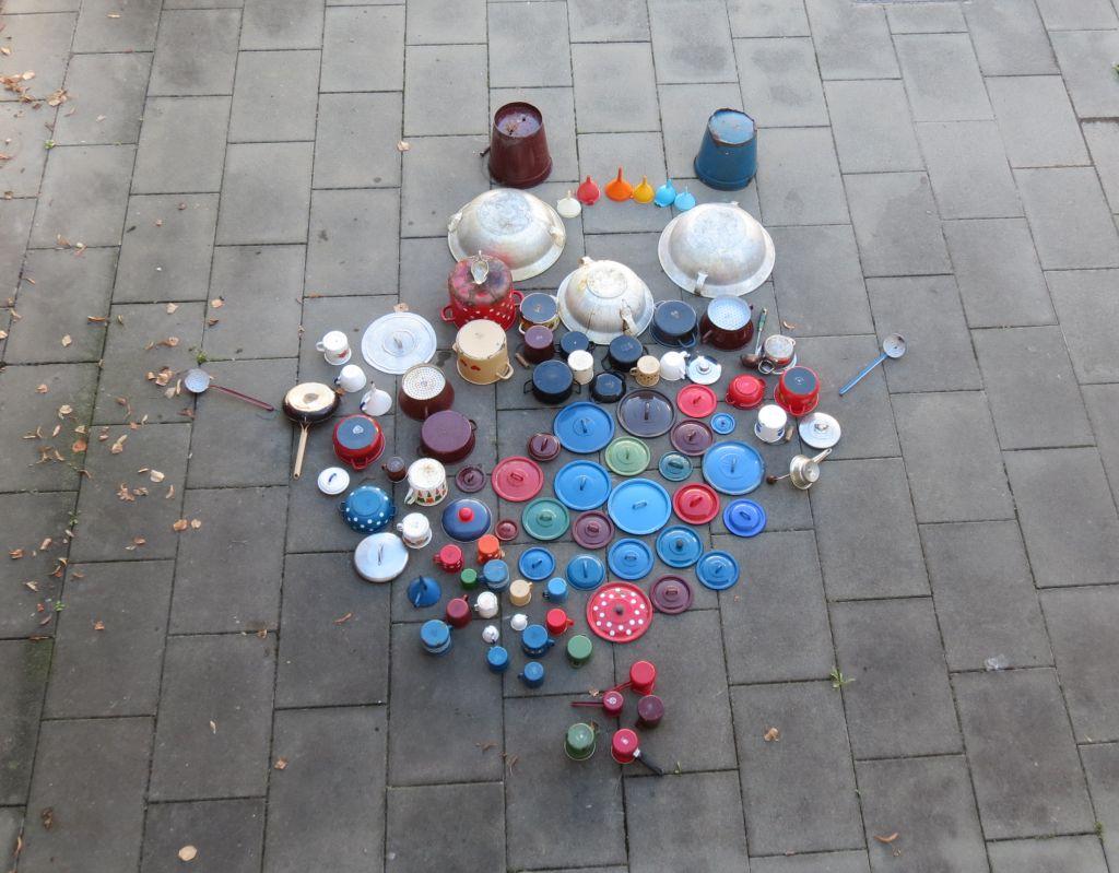 Zbirka lončića i poklopčića pred početak akcije