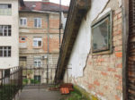 "Zapuštena terasa jedne iz niza prizemnica (""vagonskog tipa"") [SMK 2019.]"