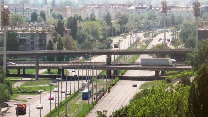 """Iz knjige """"Tramvaj u Zagrebu"""" - Prolazak pruge ispod """"Petlje"""" u Držićevoj ulici ~ 2000. [Trnje]"""