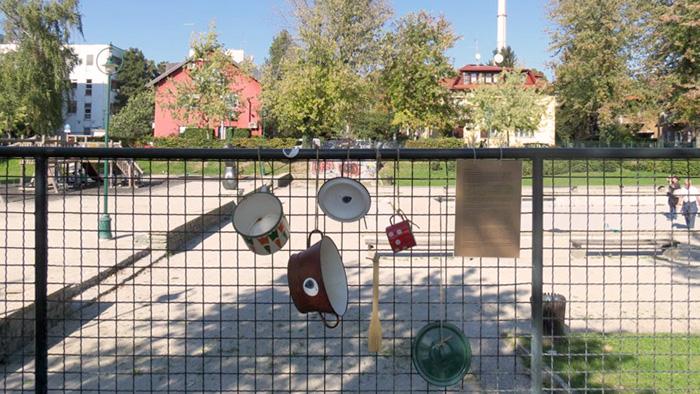 """Akcija """"Polupani lončići""""; ograda na parku kod Zorkovačke ulice [VR 2019.]"""