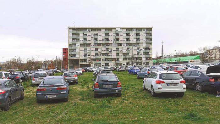 """Evakuacija"" automobila na zelene površine neposredno nakon potresa (22.3.2020.) u Vrbanima [Nina Š. 2020.]"