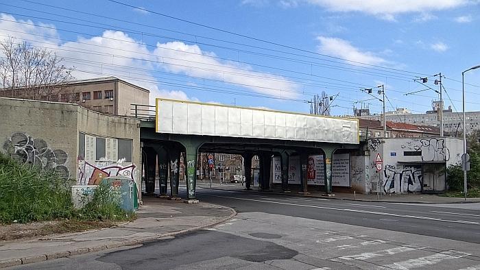 Željeznički nadvožnjak preko Ulice Božidara Adžije