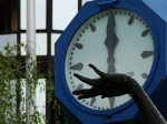 """Javni sat na Trgu Krešimira Ćosića sa skulpturom """"Košarkaša"""" [GP 2009.]"""