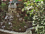 """Dvorište kuće u Zvonigradskoj ulici okićeno vrtnim skulpturama i """"dvorcem"""" [GP 2014.]"""