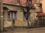"""Ograda u Ilirskoj ulici izrađena od limenih ostataka poslije """"štancanja"""" [GP 2015.]"""