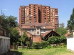 Dvorišni dio kompleksa socijalnih stanova u Meršićevoj ulici s pogledom na neboder Ciglenice [VR 2014.]