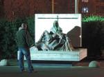 """Sudionik šetnje pred skulpturom """"Pieta"""" u dvorištu crkve """"Sveta Mati Slobode"""" na Jarunu [GP 2015.]"""