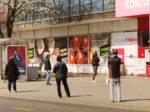 """Red zbog """"socijalna distance"""" pri čekanju na ulaz u """"Konzum"""" na Trešnjevačkom trgu [VR 2020.]"""