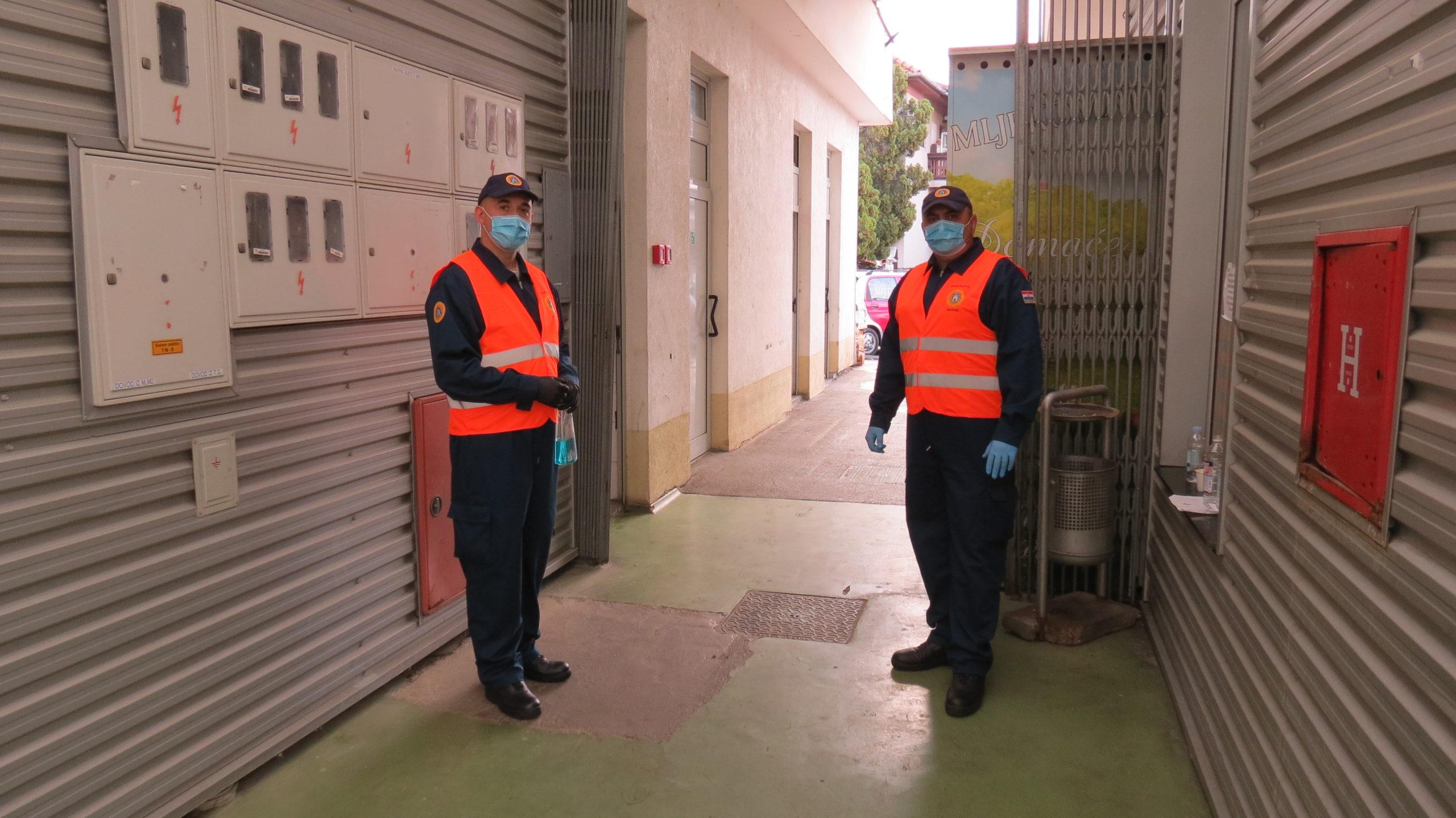 Članovi civilne zaštite na ulazu u Tržnicu Prečko sa zadatkom kontrole broja ljudi koji ulaze u tržnicu i dezinficiranjem njihovih ruku. [VR 2020.]