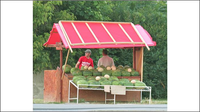 Štand s lubenicama na uglu Petrovaradinske i Matetićeve ulice [VR 2015.]