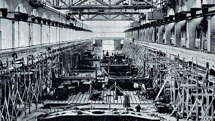 Unutrašnjost hale E za proizvodnju velikih generatora s velikom jamom za vitlanje rotora (ispitivanje s velikim brzinama vrtnje). Jama se počela kopati u lipnju 1950. godine.