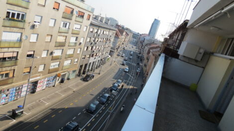 Tratinska ulica snimljena sa hodnika zgrade u Tratinskoj 73 [VR 2020.]
