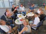 """Sudionici 4. kvartovske pive ispred pivnice """"Sidro"""" u Puštakovoj ulici u Staglišću. [VR 2020.]"""