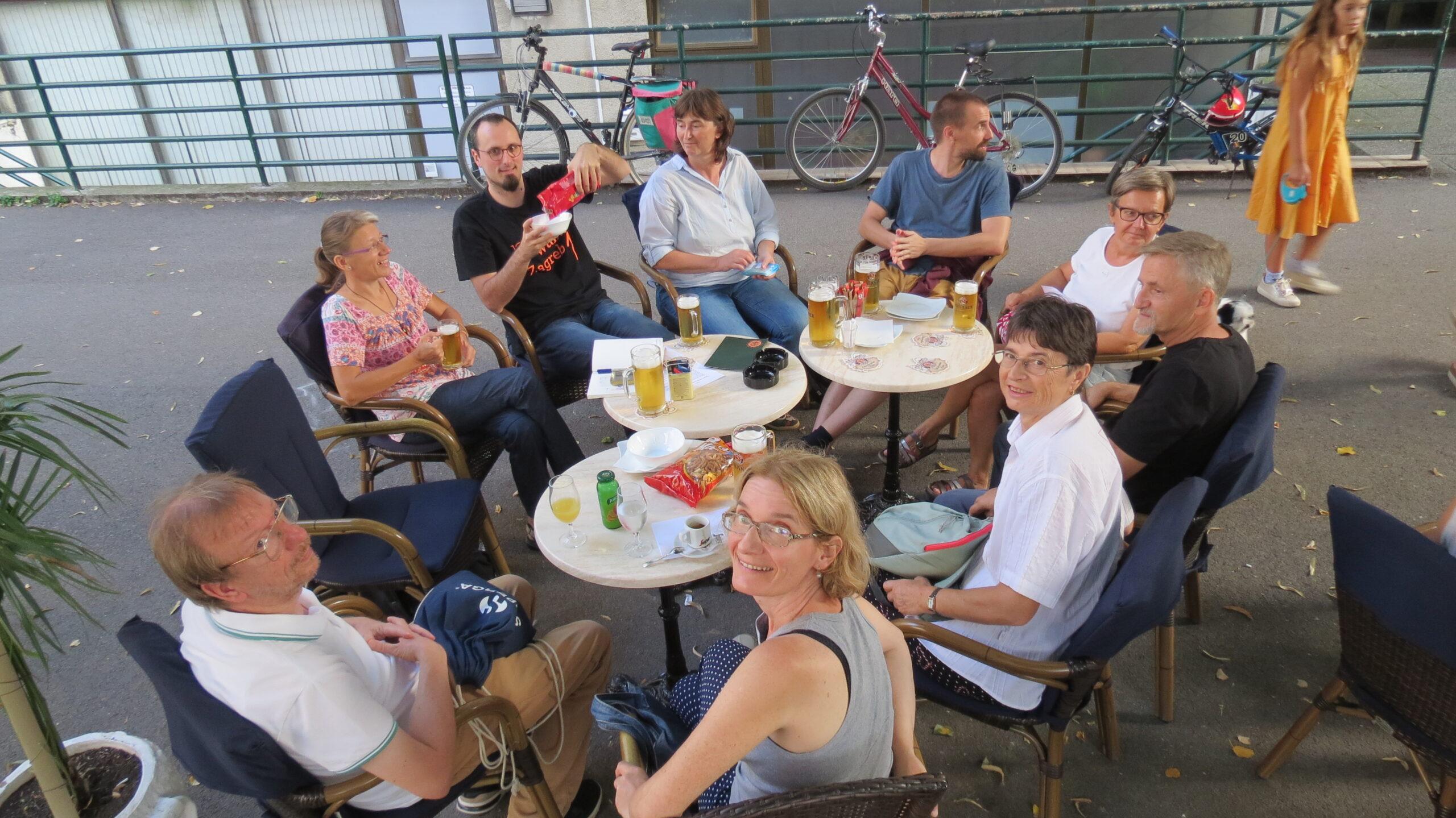 Sudionici 4. kvartovske pive ispred pivnice