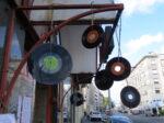 Detalj gramofonskih ploča kao ukrasa Tratinske ulice za tu prigodu [VR 2020.]