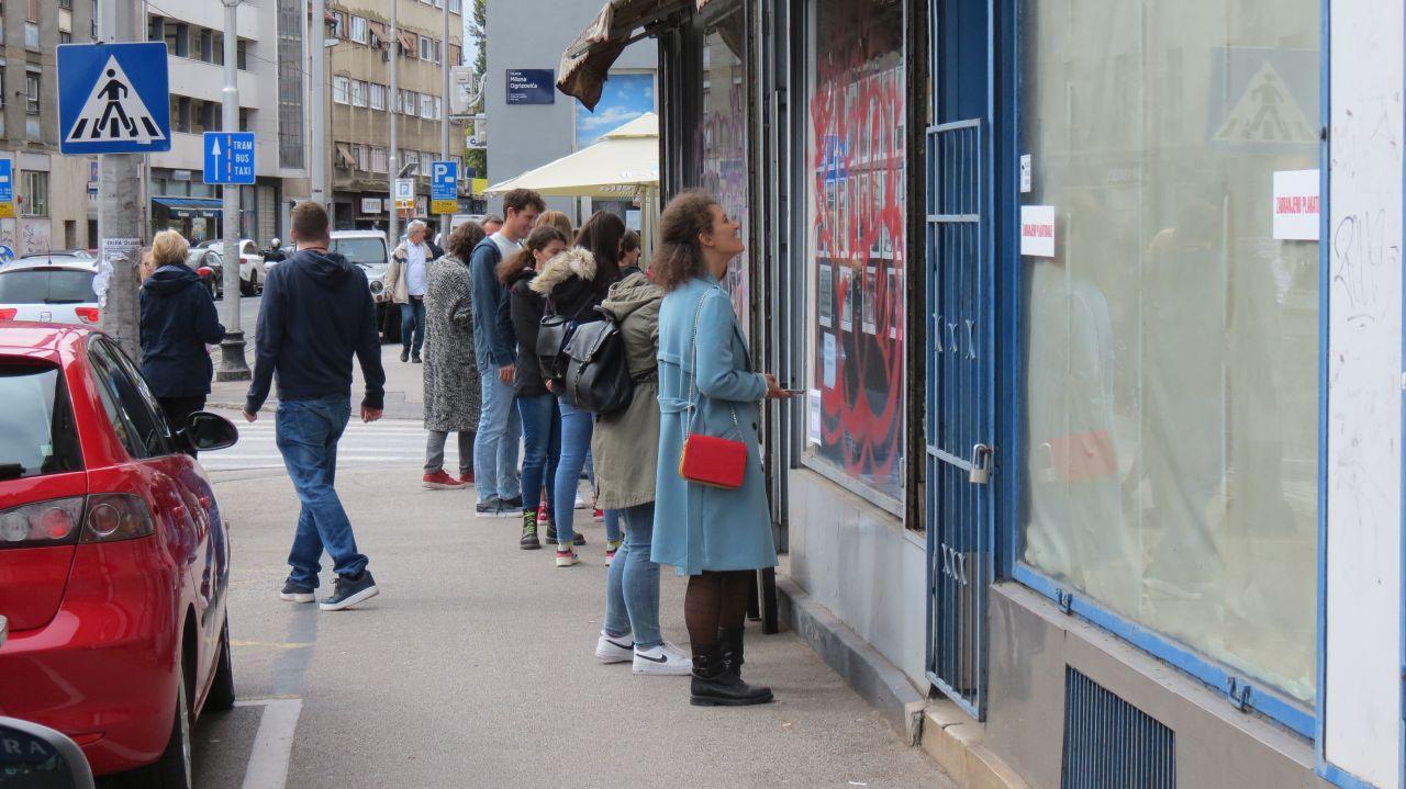 Građani razgledavaju izložbu fotografija Fedora Kritovca postavljenu toga dana u izlogu inače praznog lokala [VR 2020.]