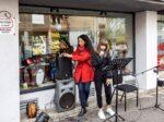 "Muzički program ""Vocal lab by Lela Kaplowitz"" ispred muzičke trgovine Etida music shop [LM 2020.]"