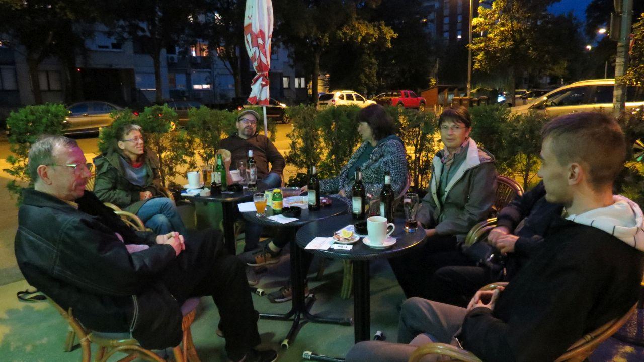 Sudionici 5. kvartovske pive u neobaveznom razgovoru ispred caffe bara