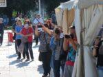 Građani sa zanimanjem prate i fotografiraju završetak nastupa Glazbenog orkestra ZET-a na Trešnjevačkom trgu [VR 2021.]