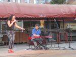 Nastup Lele i Joea Kaplowitza na završetku glazbenog programa na Trešnjevačkoj tržnici. [VR 2021.]